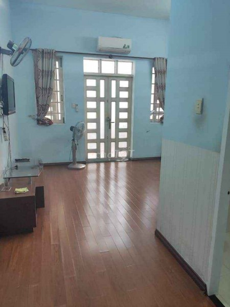Phòng trọ Quận 7 có cửa sổ thoáng mát, phòng máy lạnh có một số nội thất tiện dụng, 27m2