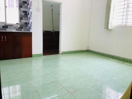 Phòng trọ lầu 1 rộng 25m2, không giới hạn người ở ngay chân cầu Nguyễn Văn Cừ, 25m2
