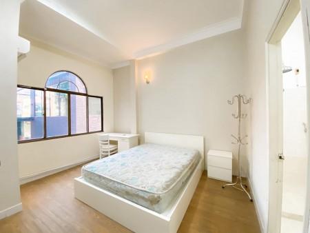 Phòng trọ cho thuê mới tại quận 1, phòng ban công full nội thất, có máy giặt, máy lạnh, tủ lạnh, 28m2