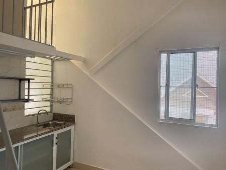 Phòng trọ cho thuê tại quận 2, nhà vệ sinh trong, có vòi sen, lavabo rửa mặt, gương, có kệ bếp, 28m2